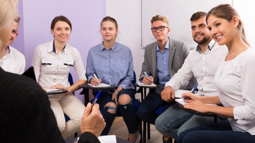 שפת גוף תלמידים מקשיבים בהרצאה